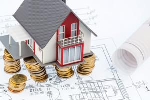 Wohnhaus auf Bauplan, Symbolfoto für Hausbau, Finanzierung, Bausparen